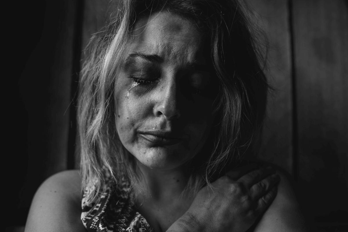 Une femme pleure de souffrance