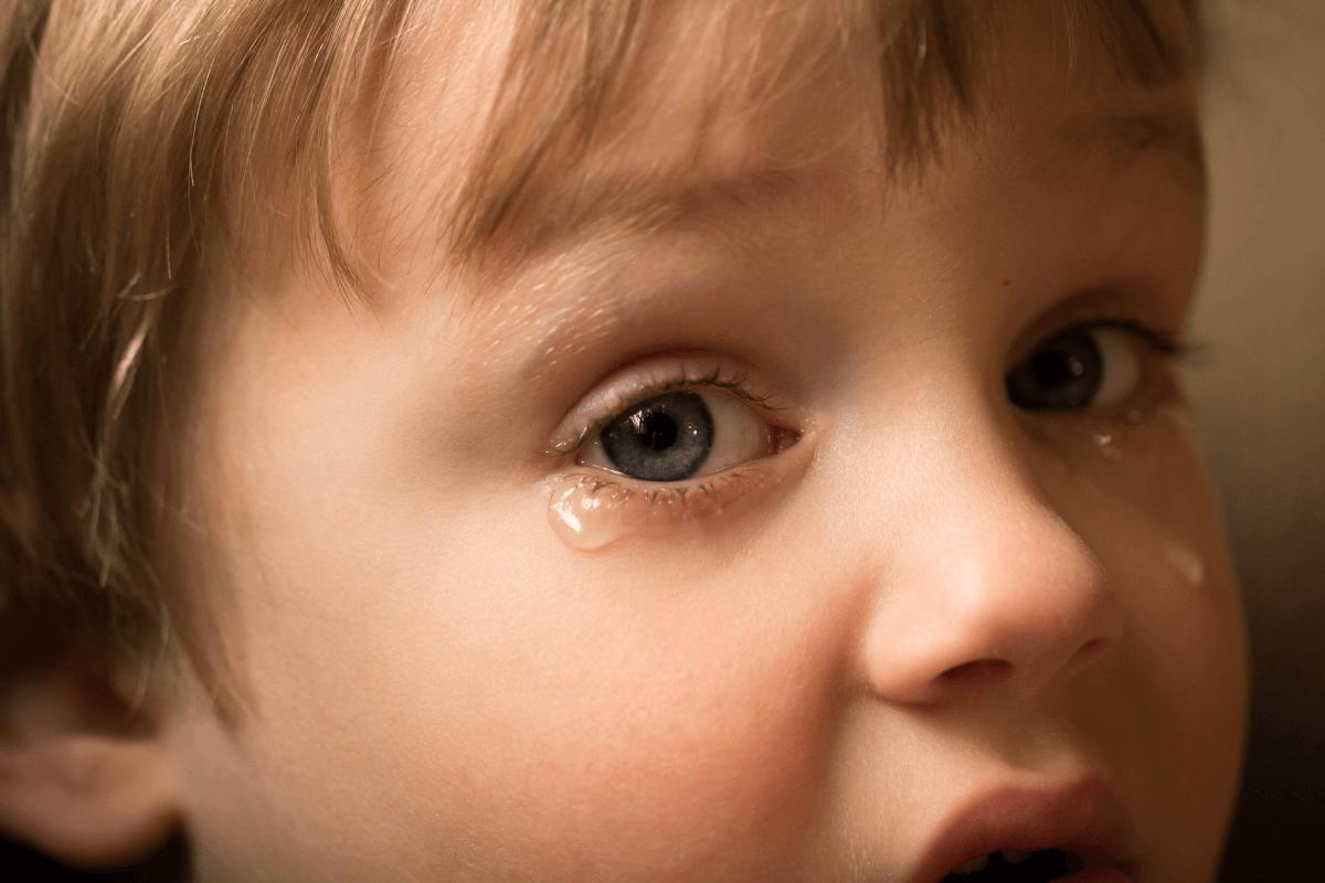 un petit garçon en deuil verse des larmes