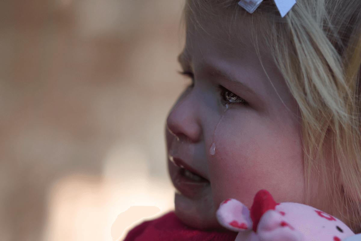 une petite fille triste pleure